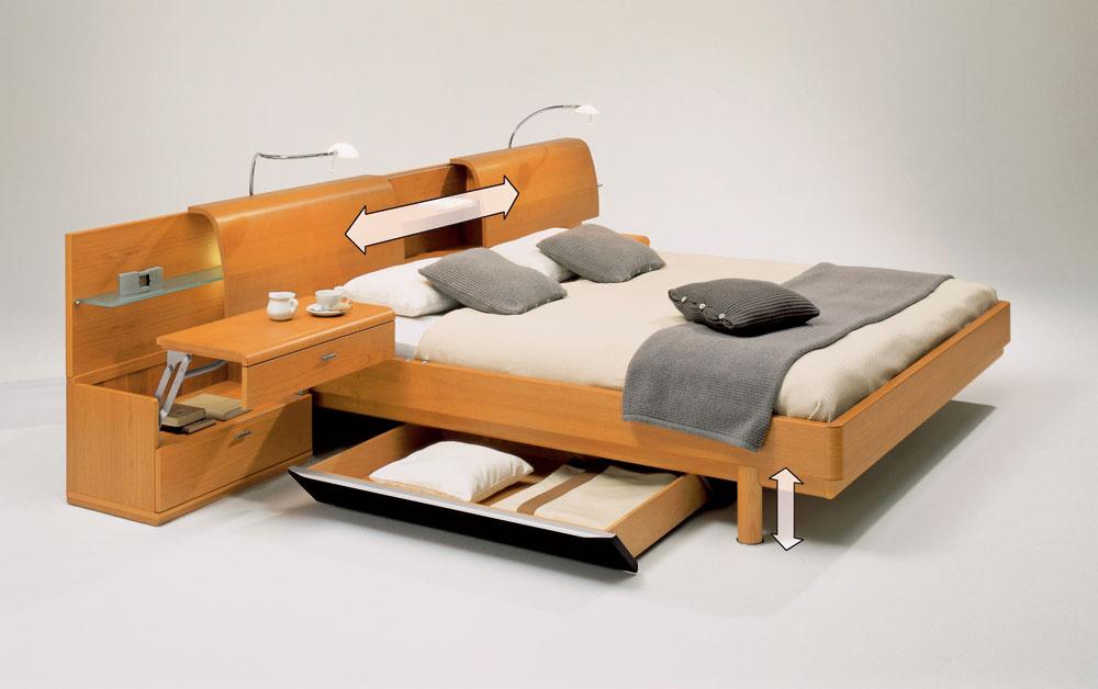 Odkladacie priestory môžu byť ukryté všade. Aj posteľ v spálni ponúka veľa možností. (predáva Merito)