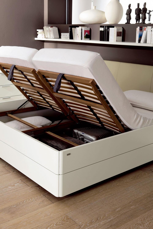 Odkladacie priestory môžu byť ukryté všade. Aj posteľ vspálni ponúka veľa možností. (foto: Hülsta, predáva Merito)