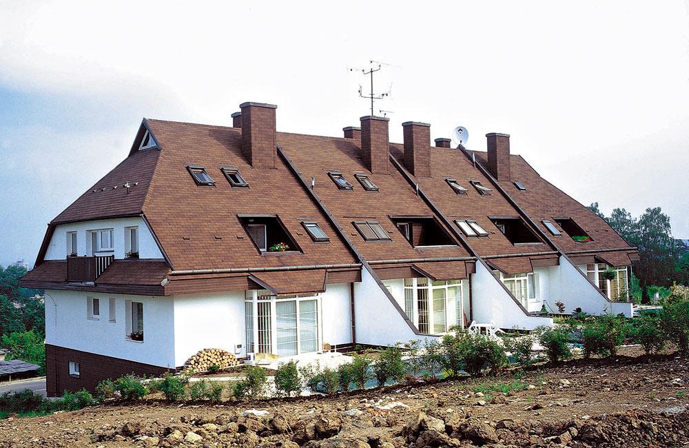 Najmenšie parcely majú okolo 300 m2 asú určené najmä na radovú zástavbu. Ak chcete samostatne stojaci dom aj surčitým zázemím, orientujte sa na parcely svýmerou aspoň 400 až 800 m2. Náročnejší sa rozhodnú pre pozemky srozlohou nad 800 m2.