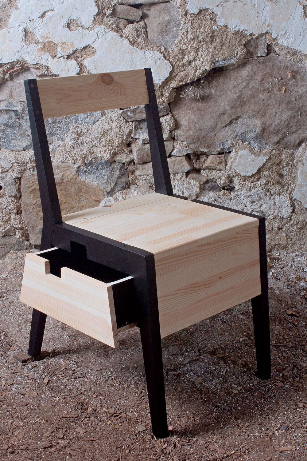 Zo 45 originálov kresiel, stolov, stoličiek, svietidiel, hodín, ležadiel, políc či iných zaježokusov sa nám zapáčila aj stolička Šufla, na ktorej si dala záležať Júlia Dologová. Zhotovila ju zkostry staršej stoličky adrevených dosiek bývalého nočného stolíka. Júlia vyštudovala dizajn na Fakulte umení Technickej univerzity vKošiciach.