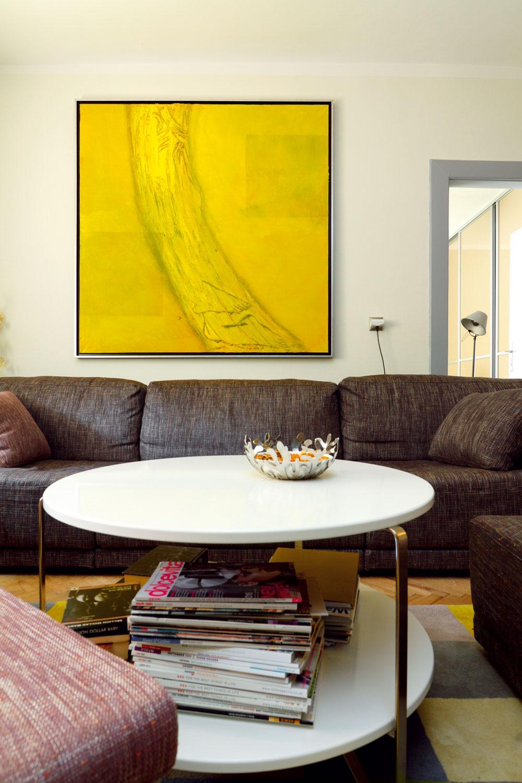 Výtvarné dielo vyniká aj vďaka stene s odtieňom lomenej bielej. Elegantné je aj susedstvo matnej sivej zárubne.