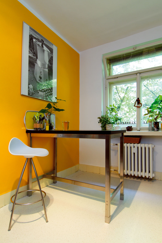 Teplé intenzívne farby opticky priblížia steny, predmety či zariadenie robia prívetivejšími amiestnosť útulnejšou.