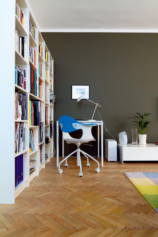 Hnedá a sivá dokážu spolu vytvoriť pôsobivé zázemie k výrazným nábytkovým solitérom alebo pekný kontrast k bielemu nábytku.