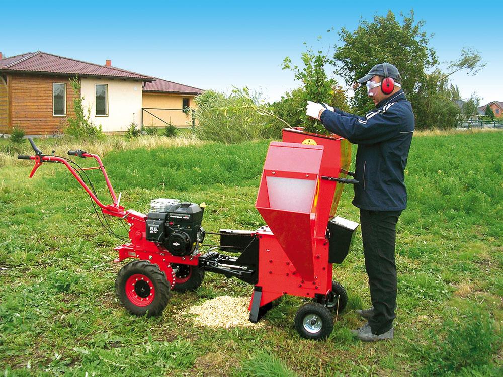 Kultivátor MS 16 IN zponuky firmy Mountfield je ideálnym pomocníkom do záhrad pri rodinných domoch, menších sadov avinohradov. Využiť ho môžete najmä na kosenie, drvenie záhradného odpadu, prepravu akyprenie, vponuke spoločnosti však nájdete až 25variantov príslušenstva na kultivátory.