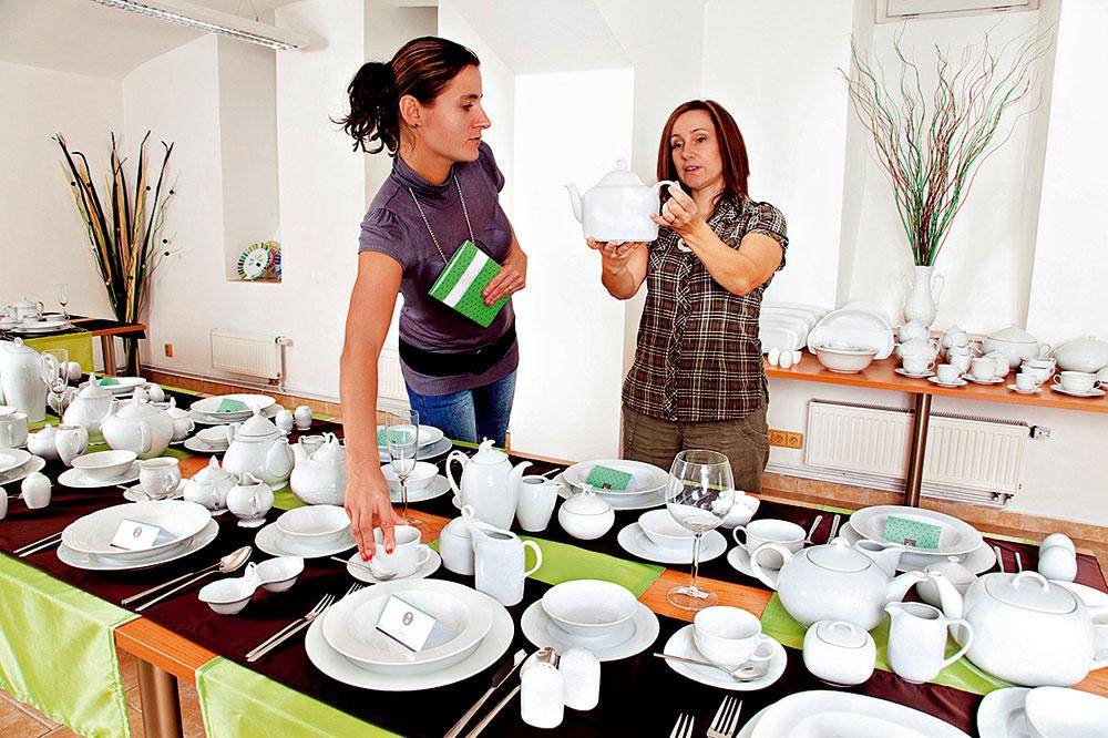 Buďte originálni avenujte porcelán siniciálami obdarovaného alebo akýmkoľvek iným dekorom podľa vlastného výberu. Designové štúdio Por – Art, vspolupráci skarlovarským výrobcom porcelánuThun 1794, ponúka možnosť prispôsobiť jedálenský servis zvyšku interiéru, potlač na tanieroch teda môže napríklad zladiť so vzorom na stoličkách. Výroba servisu trvá približne 2 mesiace, takže obdarovaný si pod stromčekom môže nájsť darčekový certifikát amotív si vyberie podľa svojich predstáv. Typy porcelánových servisov môžete bez obmedzenia kombinovať, rovnako aj počty kusov sú vo vašich rukách. Cena grafického návrhu a základnej súpravy porcelánu je približne 1100€, viac informácií na www.por-art.cz.