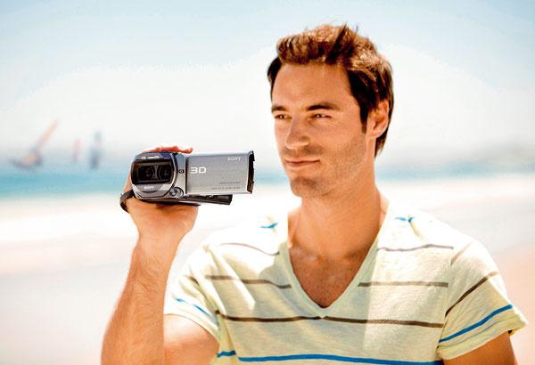 """3D kamera Sony TD10 zvás urobí """"filmárskych bohov"""". Dva objektívy vedľa seba zachytia ako prvé na svete 3D obrázky vdvojnásobnom FullHD rozlíšení aposkytnú domáce video vo vynikajúcej kvalite. Inteligentná funkcia iAUTO sa postará oriešenie komplikovaných nastavení za vás atzv. Tracking Focus nepretržite zaostruje na všetko pred objektívom. 3D výsledok si môžete pozrieť na obrazovke televízora, ale aj priamo na zabudovanom displeji, ato bez okuliarov. Odporúčaná maloobchodná cena 1669 €."""