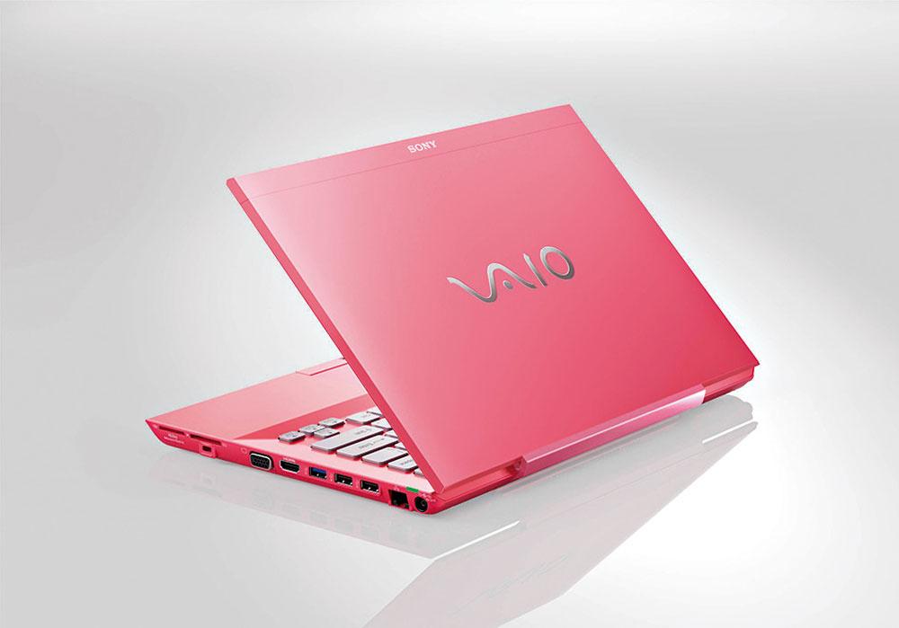 Notebook Sony Vaio série Sshrúbkou len 24 mm ahmotnosťou približne 1,75 kg vydrží bez pripojenia do zásuvky až 8 hodín. Kdispozícií je aj voliteľná prídavná batéria, ktorá dokáže predĺžiť prácu až na 14 hodín, pričom ju môžete nabíjať aj bez notebooku. Odporúčaná maloobchodná cena 899 €.