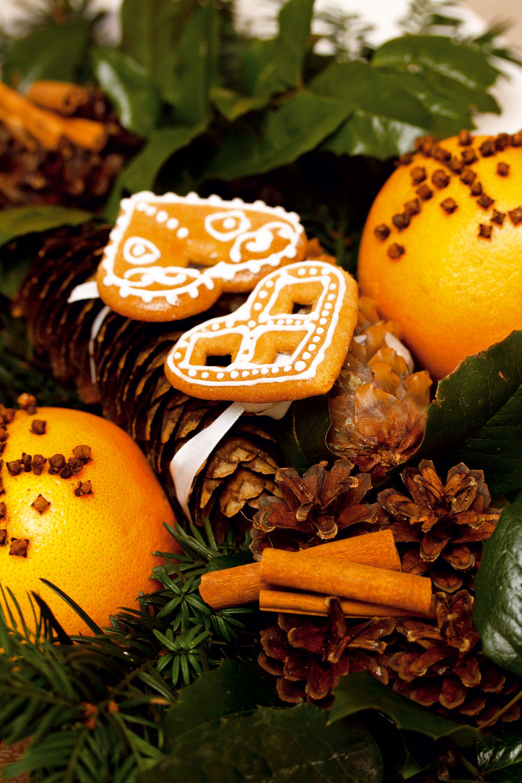 Vianočný veniec. Nemusíte sa trápiť zložitými postupmi. Stačí poukladať konáriky zjedličky spolu so vždyzelenou cezmínou na strieborný podnos. Do stredu poukladať šišky, po stranách pomaranče (citrusy) zdobené klinčekmi akúsky škorice. Na šišky uložiť medovníčky. Voňavé apodmanivé!
