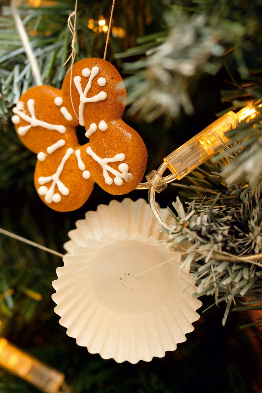 Bohatý, lacný stromček. Vianočný stromček sa dá ozdobiť naozaj lacno (použite umelý, ktorý už máte niekoľko rokov, ak chcete živý, bude to vaša jediná väčšia investícia). Stačia len tri typy ozdôb. Najprv naň rozvešajte obyčajné biele žiarovky (alebo aké máte). Potom pridajte medovníčky, zavesené na bielej stužke (1,55 € meter, galantéria). Poslednou ozdobou sú obyčajné biele papierové cukrárenské košíčky (0,99 €/100 ks). Zuzana priložila dvojicu košíčkov dnom ksebe, zošila ich dlhšou bielou nitkou, ktorej časť nechala na zavesenie. Na vrcholci je zavesený biely anjelik, ktorého už majiteľka mala. Môžete ho nahradiť hviezdou alebo inou ozdobou, ktorú určite opatrujete vškatuli so starými ozdobami. Stromček vyzerá originálne adizajnovo.
