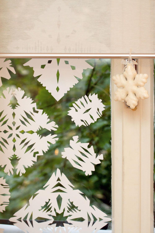 Rozprávkové okná. Snehové vločky či hviezdy vystrihnuté zpapiera. Všetci ich poznáme už zo škôlky. Zapojte do vymýšľania rôznych tvarov aveľkostí týchto ozdôb aj svoje deti. Oto väčšia bude ich radosť, keď budú okná vyzerať ako zrozprávky. Po Vianociach ich môžete opatrne odlepiť aodložiť na budúci rok.