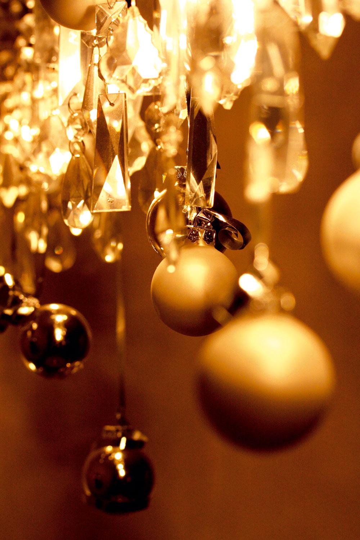 """Jagavý luster. Majiteľka bytu má nad jedálenským stolom krištáľový luster. Zuzana ho len """"prizdobila"""" už dávnejšie kúpenými lesklými amatnými zlatými guľami."""