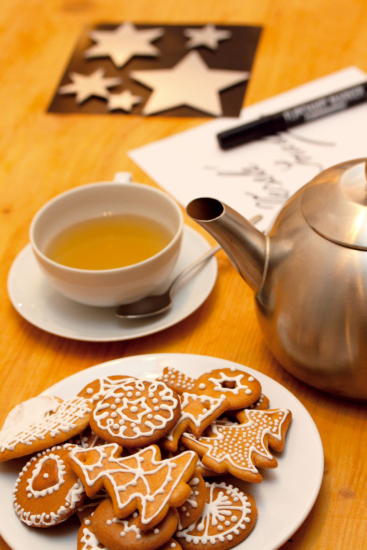 Vianočná pohoda. Knej určite patrí rozvoniavajúce vianočné pečivo ahorúci čaj! Pri jeho popíjaní môžete napísať pozdravy priateľom.