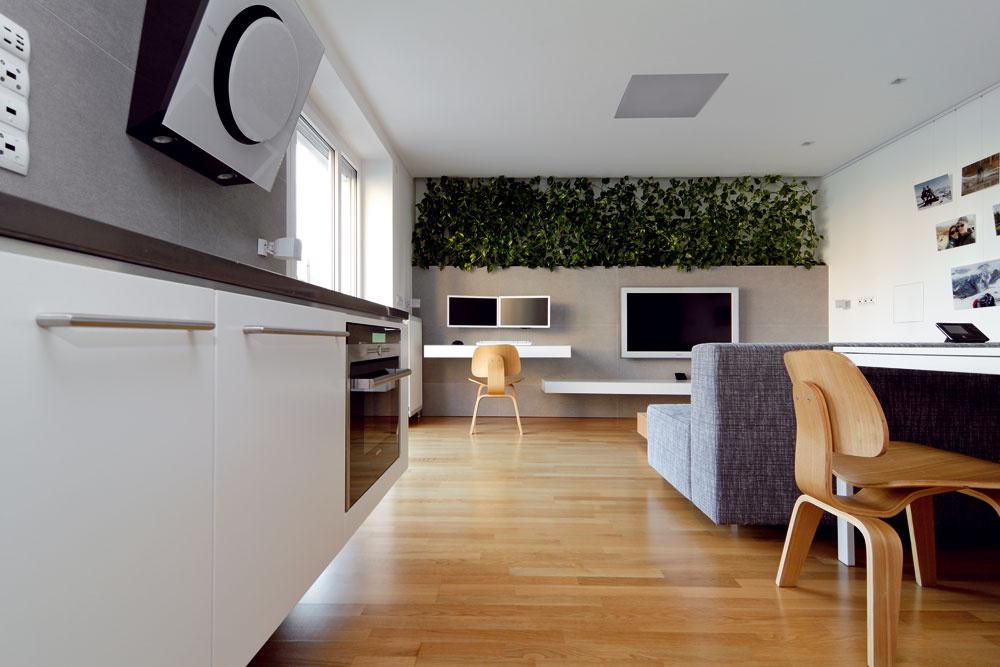 Pri prvom pohľade na čisté línie jednoduchého nábytku by málokto odhadol, koľko úložných priestorov vsebe ukrýva.