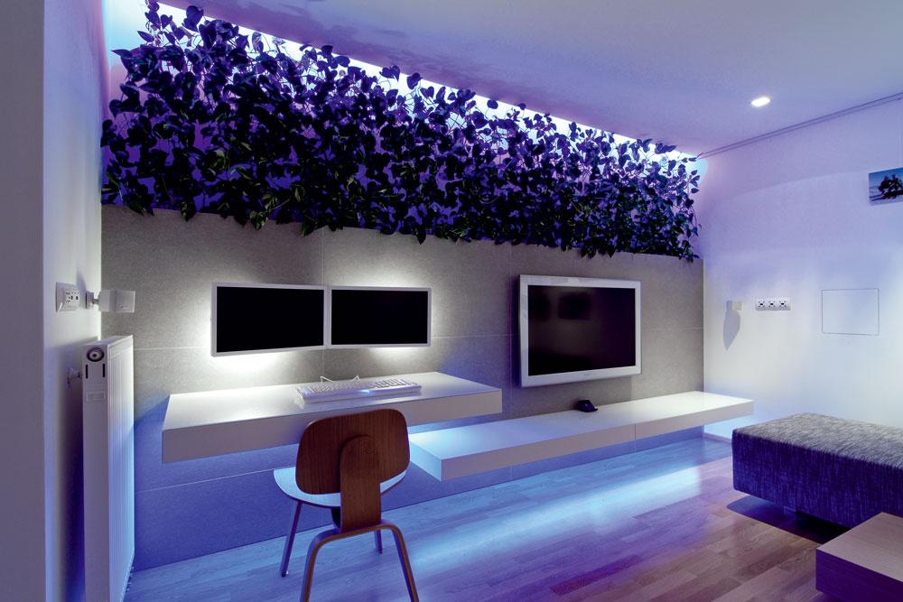 Zariadenie obývačky je zavesené na stene, aby opticky nezmenšovalo aj tak dosť malú plochu bytu.