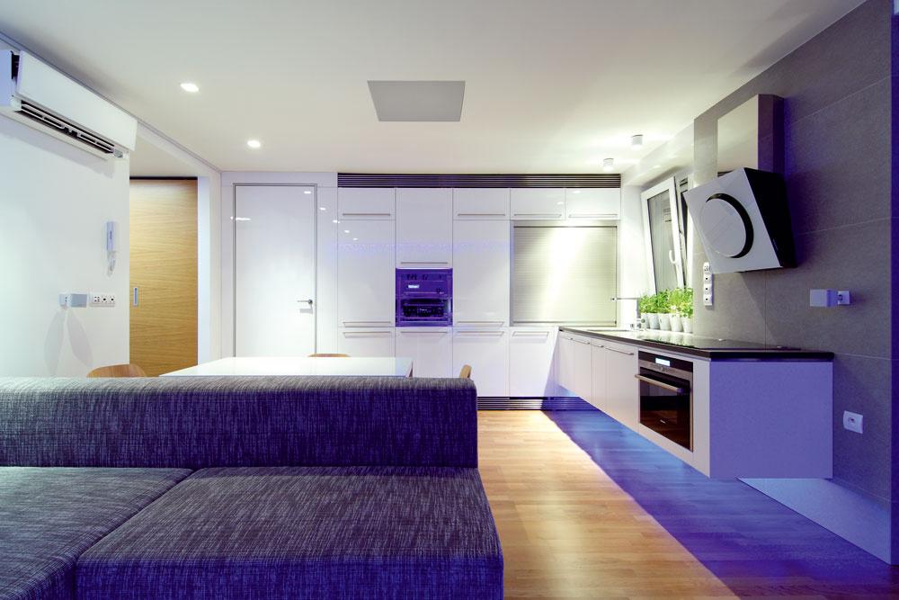 Elegancia kuchyne spočíva vjednoduchosti. Vďaka premysleným úložným priestorom pôsobí mimo prevádzky čisto asterilne, napriek tomu pri plnej prevádzke poskytuje komfort vďaka ergonomickým riešeniam. Všetky spotrebiče sú tu vstavané.
