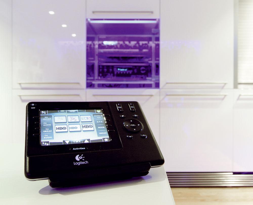 Večer, keď je skrinka osvetlená, multimediálne jadro doslova žiari. Ovládanie komponentov vskrini zabezpečuje tzv. IR-extender (resp. IR-repeater). Je to zariadenie, ktoré premieňa rádiový signál zhlavného ovládača Logitech Harmony 1100 na infračervený.