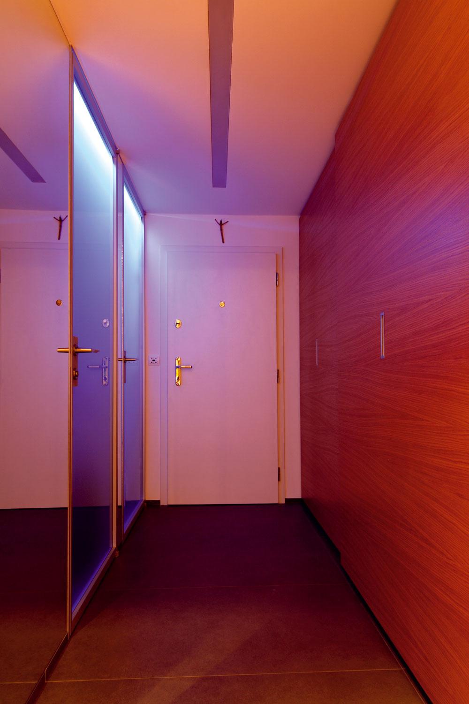 Vstupný priestor bytu, napriek tomu, že poňal okrem vstupných dverí aj dvere do práčovne akúpeľne apriestrannú šatníkovú skriňu, pôsobí čisto anezapratane.