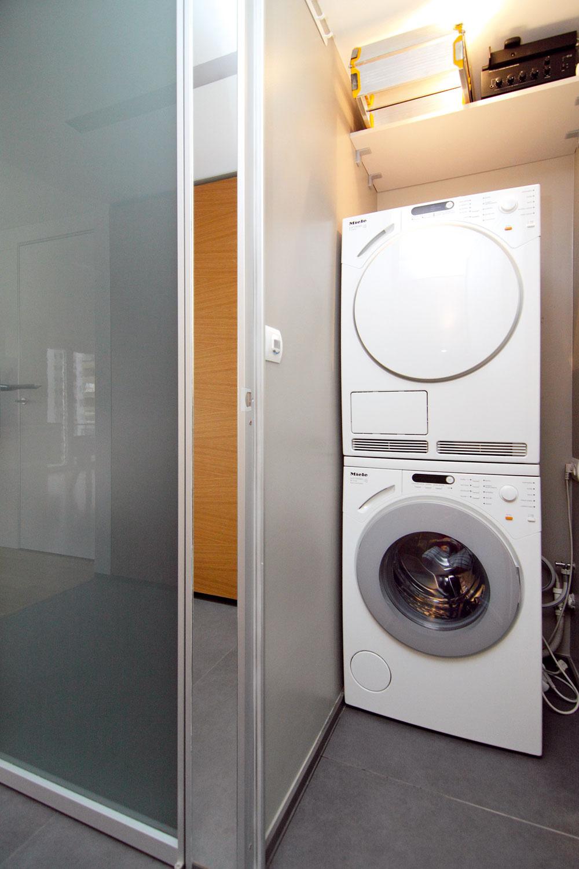 Vmalom sklade vedľa kúpeľne sa našlo miesto na všetky potrebné amenej estetické funkcie – je tu práčka, sušička, miesto na kôš na bielizeň, pracie prostriedky, hifi zostava aj elektrické rozvádzače bytu.