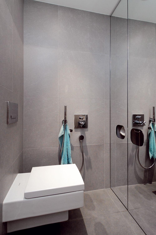 Oproti WC mise je veľká zrkadlová skriňa, ktorá opticky zväčšuje priestor aposkytuje potrebný úložný priestor. Vspodnej časti ukrýva zásobník na skladaný toaletný papier, zásobník na tekuté mydlo, odpadkový kôš aWC kefu. Dávkovač na mydlo azásobník papiera sú prístupné aj zo zatvorenej skrine. Nechýba ani bidetová sprška na osobnú hygienu ajednoduchú údržbu samotného WC.