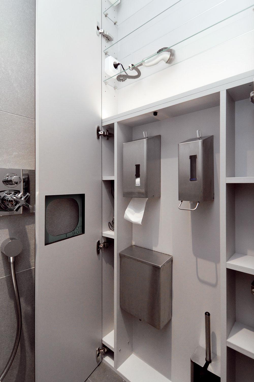 Vhornej časti zrkadlovej skrine sú police na kozmetiku, čistiace prostriedky aelektrické zásuvky. Vďaka automatickému spínaču sa vnútro skrine po otvorení rozsvieti.