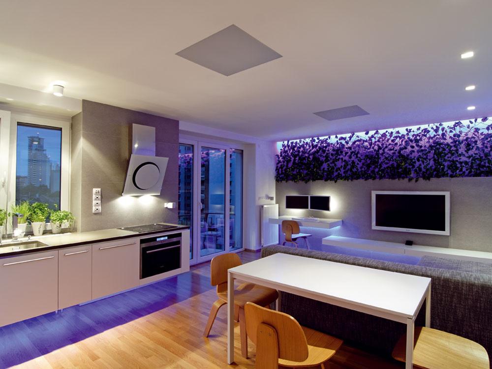 Vybúranie priečky medzi kuchyňou aobývačkou byt otvorilo avzniknutá denná časť tak pôsobí ako jeden multifunkčný celok.