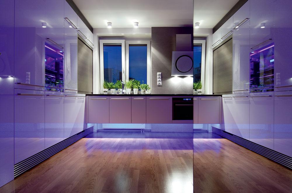Systém farebného osvetlenia bytu spolu so zrkadlovými plochami robí interiér výnimočným aposúva ho do inej, takmer snovej dimenzie.