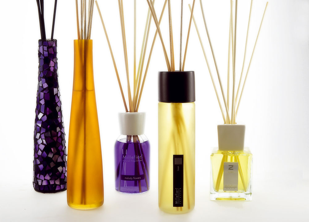 Vyupratovanému domovu dajte na záver voňavú bodku. Bytové parfumy Millefiori uvoľňujú do ovzdušia vôňu zprírodnej vonnej esencie. Neobsahujú žiadne zdravotne škodlivé zložky avydržia do 9 mesiacov. Skvelé riešenie, ako sa zbaviť rôznych pachov vbyte.