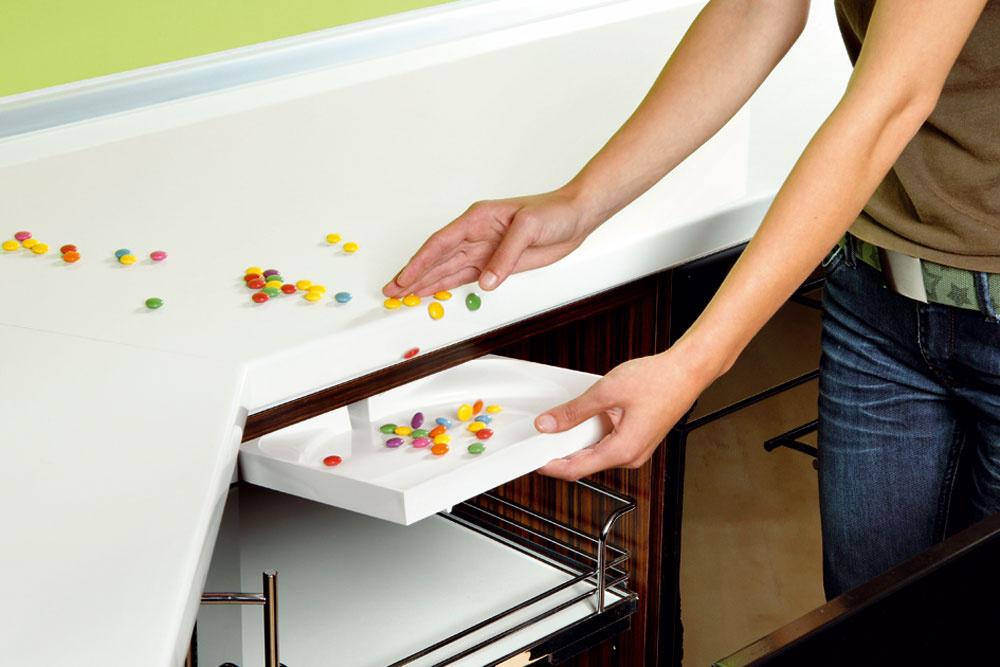 Ak sa vám nechce zohýbať aradi by ste pohodlne upratali napríklad omrvinky na kuchynskej doske, stavte na DrawerVac – malú zásuvku, ktorú pohodlne vytiahnete spod kuchynskej dosky arukou nametiete omrvinky. Dá sa namontovať do ľubovoľnej zásuvky alebo skrinky kuchynskej linky. Cena od 190,80 €, predáva Smart Systems.