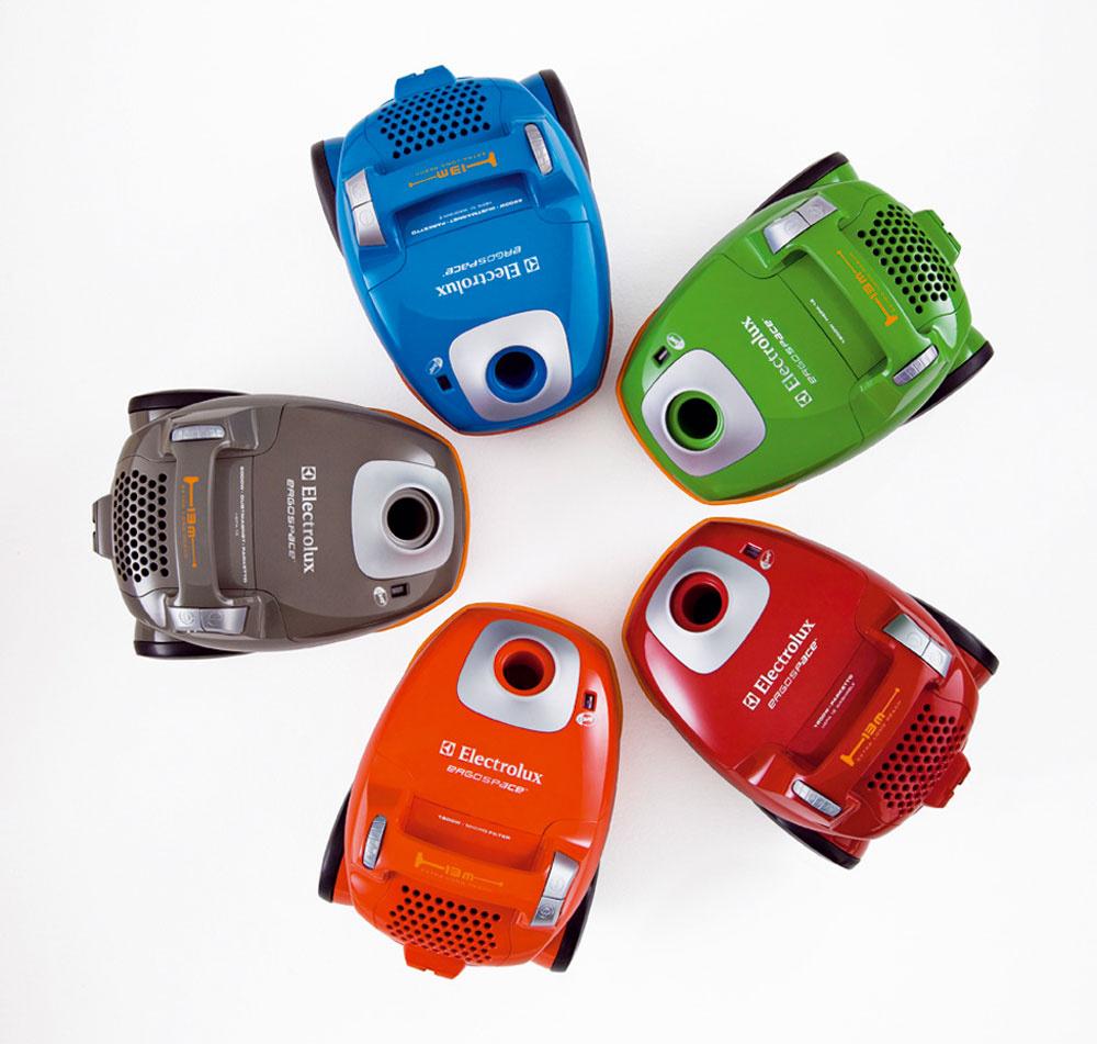 Spríjemnite si vysávanie novými farebnými vysávačmi Electrolux Ergospace. Vponuke nájdete klasické elegantné farby, ale aj energické aveselé, ktoré vysávaču dodávajú mladý, športový look. Dizajnu dominuje predovšetkým systém Ergoshock™, ktorý vsebe spája funkcie malého nárazníka azároveň efektívneho ochrancu. Ide ounikátny gumený pás, ktorý zabraňuje, aby vysávač narážal do nábytku, stien azárubní, čím ich chráni pred poškodením. Po skončení vysávania poslúži ako držiak na hadicu, ktorú stačí ovinúť okolo vysávača aupevniť. Má extra dlhý 13-metrový dosah, samozrejmosťou je HEPA filter. Orientačná cena 80 €.