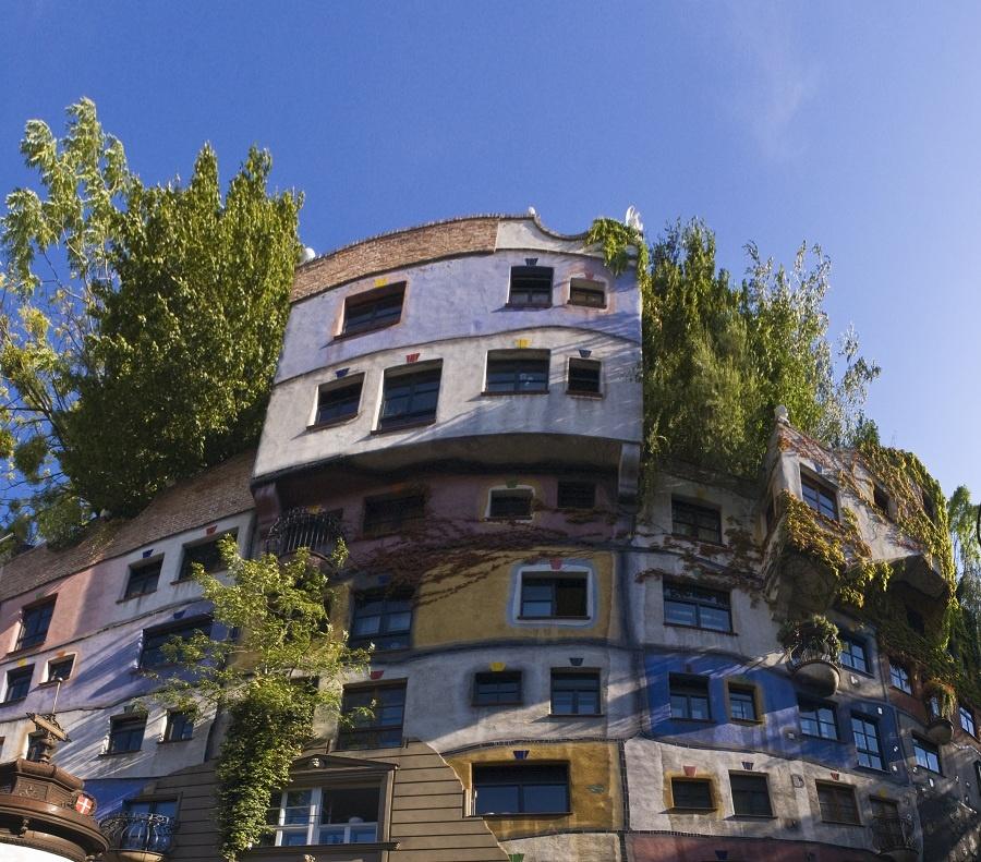 """Originálne aj v radovej zástavbe. Človek je živel nepredvídateľný a aj záhradka každého zo susedov môže vyzerať úplne inak – výsadba drevín ako kompenzácia zatepľovacieho systému sa stala prioritou v najvyššom – """"prezidentskom"""" apartmáne. (foto: thinkstock.com)"""