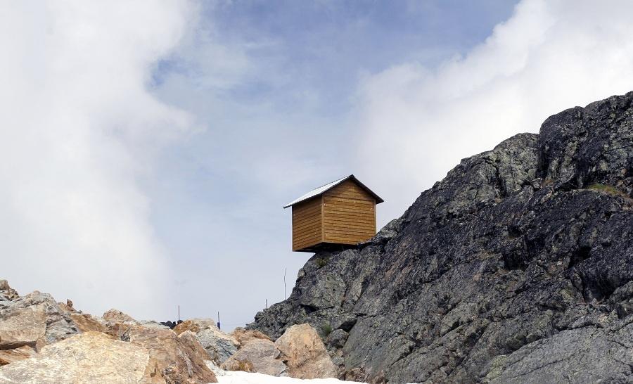 Príbytok na skale z biblických príbehov inšpiroval mnohých, aj neveriacich jedincov. Nie každý ho však zobral takto doslovne. Vysmieva sa hornatej oblasti aj gravitačnému zákonu. (foto: thinkstock.com)