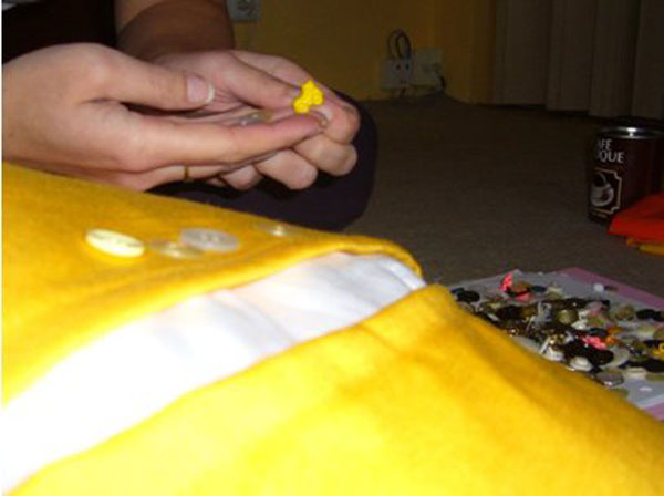 Vybereme gombíky spravíme dierky na gombíky, alebo použijeme suchý zips