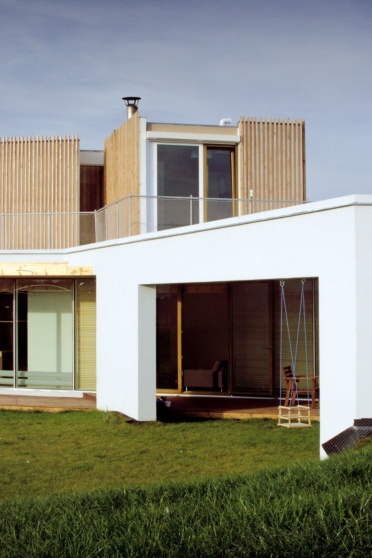 Architektúra domu sa hlási ksúladu proporcií, vzájomných vzťahov plných aprázdnych objemov, hmoty apriestoru