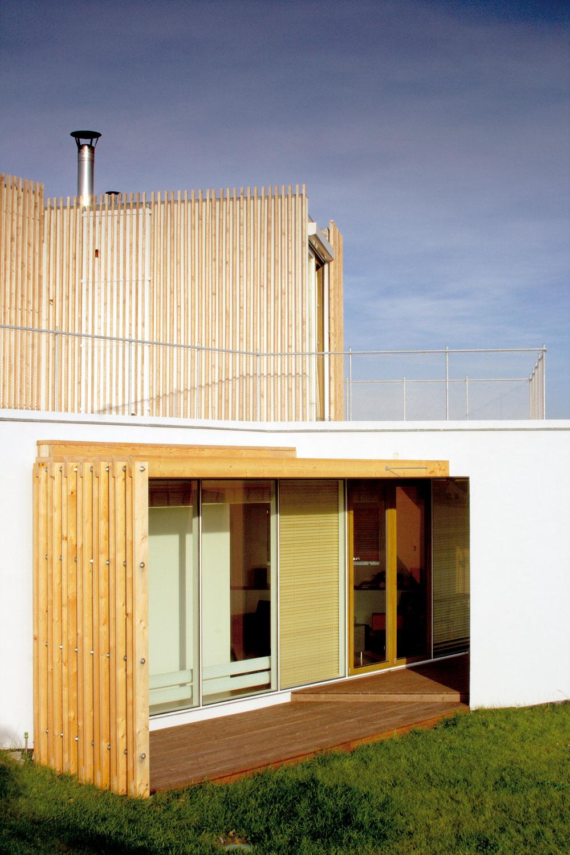 Vprojekte sa navrhli normové hodnoty, ale neusilovali sa vybudovať nízkoenergetické bývanie. Pôvodne uvažovali orekuperácii, neskôr ju ako ekonomicky neefektívnu vyradili zo svojich plánov. Obývačku majú obrátenú na slnečnú stranu. Na predĺžení jej pôdorysu leží terasa vlete chránená drevenou stienkou ašiltom slnolamu.