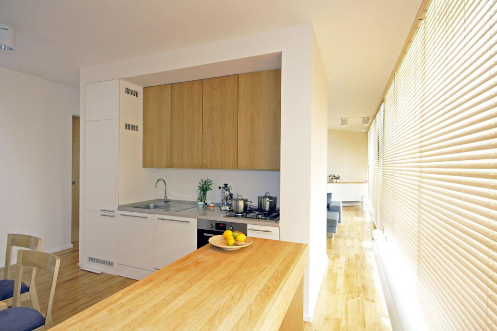 Na podlahy kuchyne aspoločenskej časti položili dubové parkety