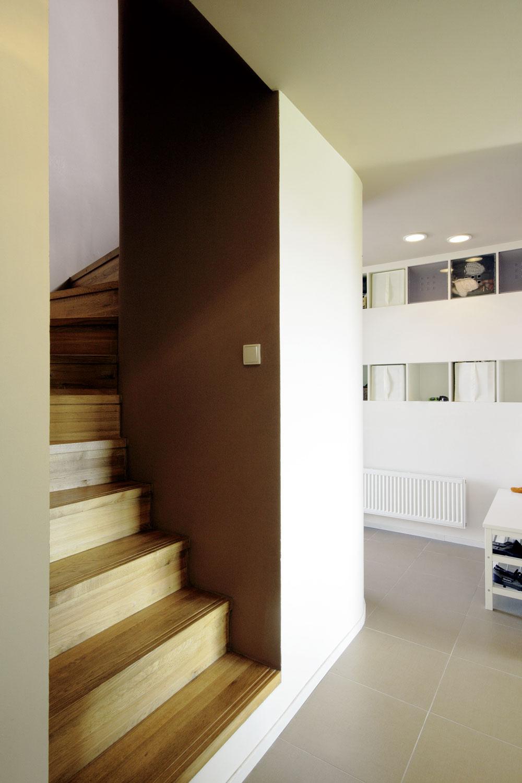 Eleganciou astriedmou farebnosťou sa vyznačuje aj schodisko, ktoré sa dvíha vsevernej časti domu