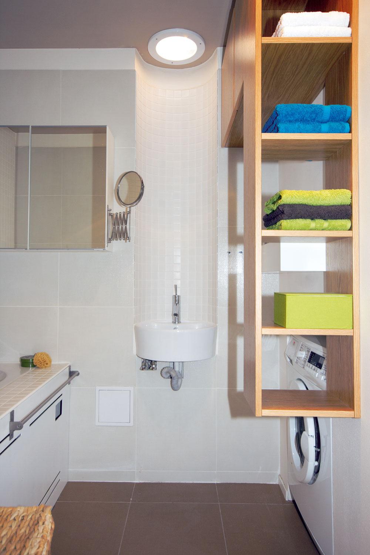 Rodinnú kúpeľňu si zriadili na prízemí, WC majú kdispozícii aj na poschodí