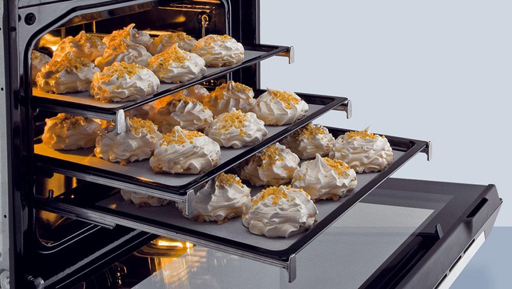 Multifunkčná rúra Gorenje BO 9950 AX HomeChef sa ovláda prostredníctvom TFT dotykového displeja, ktorý poskytuje až 65 prednastavených receptov na varenie. Patentový systém umožňuje vjednom pečení nastaviť až 3 po sebe nasledujúce kombinácie systému ohrevu, teploty atrvania prípravy jedla. Objem 65litrov, pečenie na viacerých plechoch naraz. Ocenenie Red Dot Design Awards 2011. Cena 1 399 €.