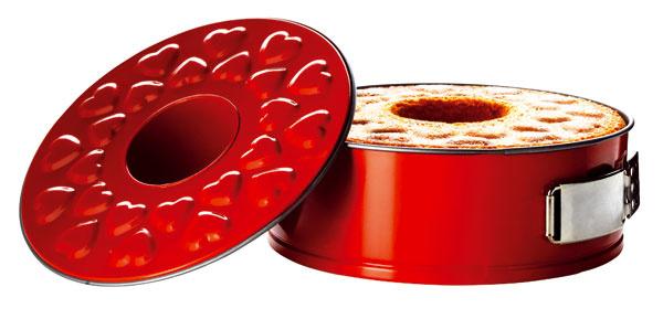 Forma na koláč Drömmar sdvoma dnami (objem 2,3 a2,6 litra), zdobená srdiečkami, nelepivá vrstva Teflon Prima. Cena 8,99 €.