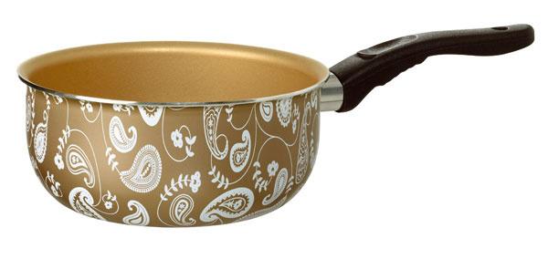Zlatá rajnica Kavalkad svianočným motívom. Vyrobená zhliníka snepriľnavým povrchom, objem 1,5 litra. Cena 5,99 €.
