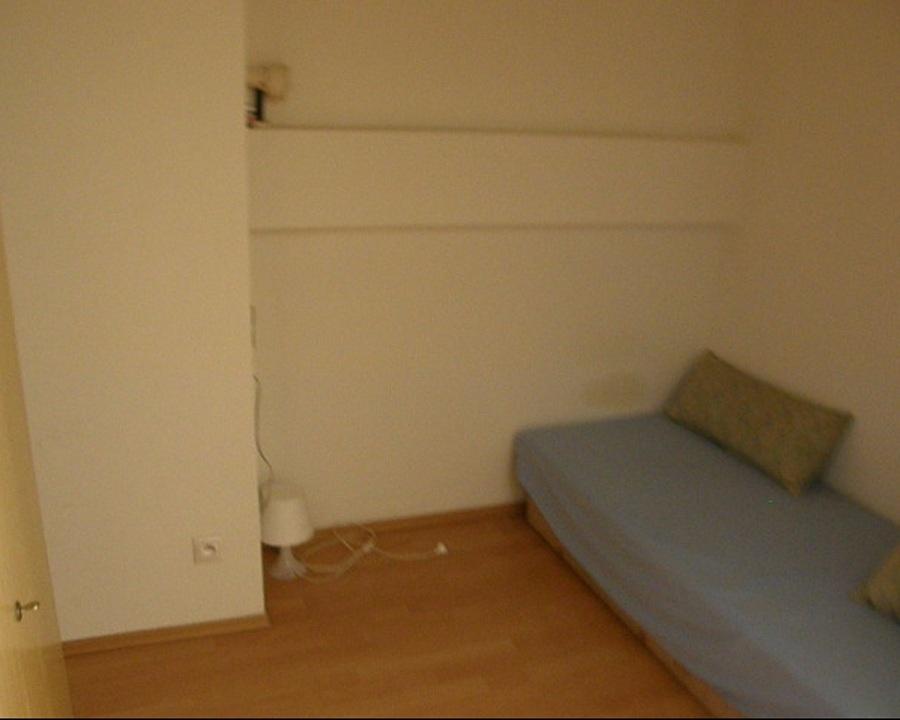 Predtým: Stav tejto malej kutice bol naozaj chúlostivý. Špinavá stena, stará posteľ, dve mini lampičky. Internátne zariadenie a dispozícia potrebovali zmenu – jemnú, ale zásadnú. (foto: Lucia Pristachová Hô-Chí)
