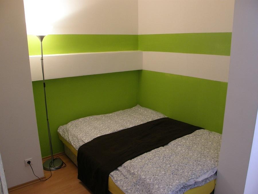 Potom (č. 1): Stačilo vymeniť posteľ, jednoducho vymaľovať, nahradiť dva extravagantné svietidlové kúsky a priestor okamžite získal pozitívnejšiu atmosféru. Útulnejšie, ale ešte vždy strohé. (foto: Lucia Pristachová Hô-Chí)