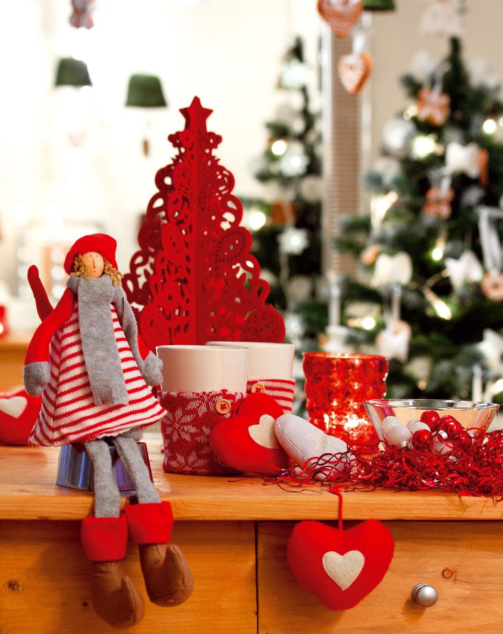 Sediaci anjel Tommy od firmy Sia, 44 cm, cena 29 €. Hrnčeky Knitted vpletenom kabáte, 12 cm, cena 25 €/2 ks. Červený svietnik Chalice, cena 14,90 €/2 ks. Predáva Design House. Pletené srdiečka Yrsnö, 9 cm, cena 3,99 €/4 ks. Skladací červený stromček zplsti, 36 cm, cena 5,99 €. Sklenené, ručne fúkané gule, 2 cm, cena 1,99 €/12 ks. Predáva IKEA.