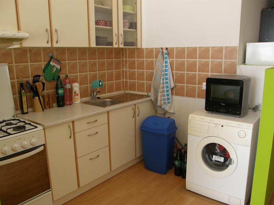 """Potom (č. 1): Kuchyňa sa pomaly stáva súčasťou obytnej zóny. Obývaná, ľudskejšia, ale stále tomu niečo chýba – drobnosti, doplnky… Skrátka, treba ju nejako svojsky """"upratať""""."""