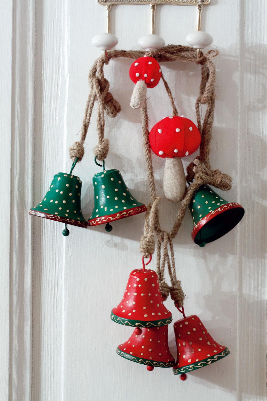 Plechové zvončeky predáva Galan. Pletené hríbiky Yrsnö, 5 cm, cena 5,99 €/8 ks. Predáva IKEA.