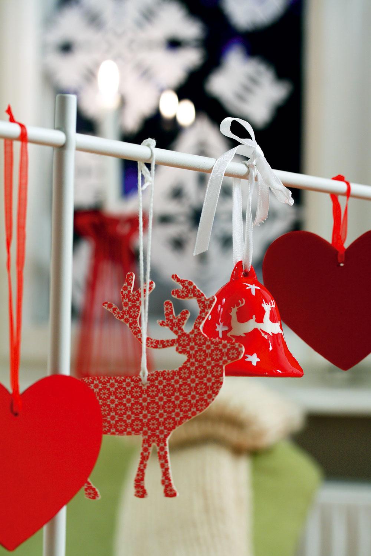 Srdcia asob Yrsnö, cena 1,99 €/4 ks. Vpozadí červený kovový svietnik Tradig, 23 cm, cena 4,99 €. Predáva IKEA. Červený keramický zvonček Goldbach, 6 cm, cena 2,70 €. Predáva Design House.