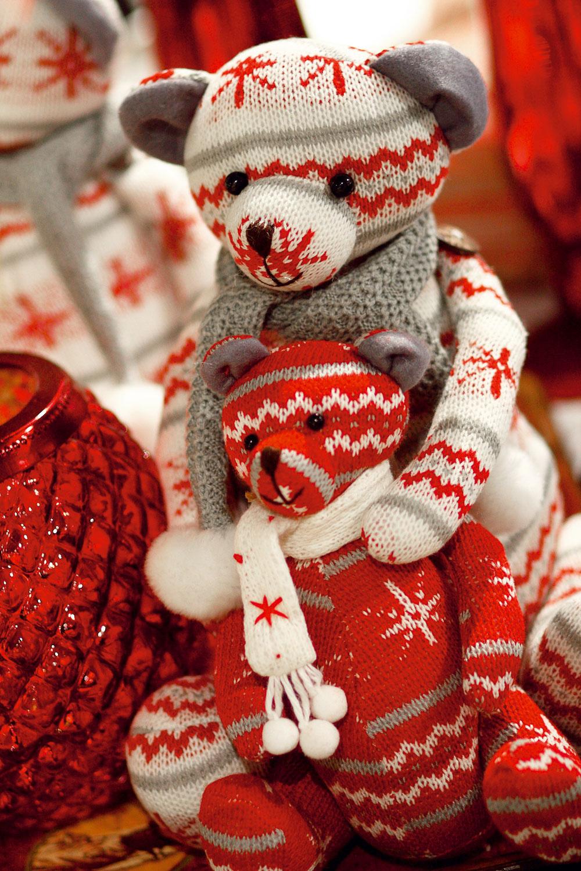 Pletené medvedíky, cena bieleho 27 €, cena červeného 15 €. Predáva Elmina, Light Park.