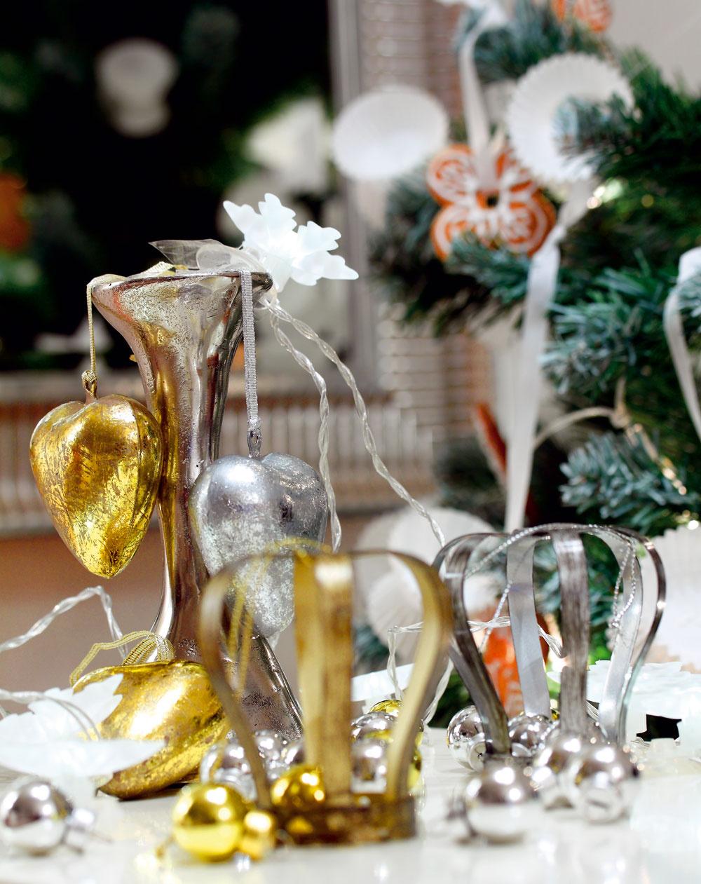 Svietnik Sax, 16 cm, cena 19 €. Predáva Design House. Dekorácie zkolekcie Yrsnö, oceľové, pocínované srdcia, 6 cm, cena 5,99 €/6 ks, oceľové koruny, 7,5cm, cena 3,99 €/3 ks, sklenené strieborné azlaté guľôčky, 2 cm, cena 1,99 €/12 ks. Svetelná reťaz Stråla (10 bielych vločiek sprísavkami), LED diódy, na batérie, 2 m, cena 3,99 €. Predáva IKEA.