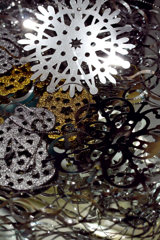 Dekorácie Yrsnö, kovové vločky, trblietavé strieborné azlaté ozdoby, cena 2,99 €/12 ks. Predáva IKEA.