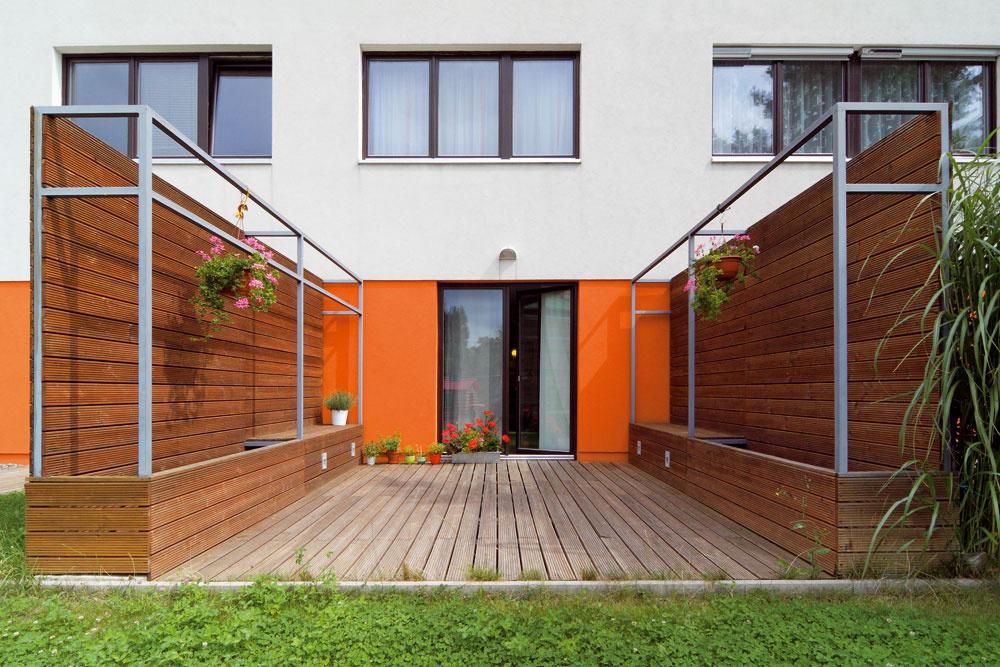 Malý zelený byt si cez leto schuťou vykročí do zelene. Pomáha mu pri tom terasa sprístupom do záhrady.